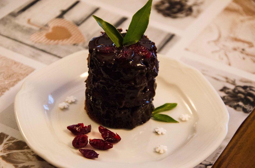 Tort vegan cu mousse de ciocolata! Indragesc mult deserturile, mai ales pe cele care contin ciocolata. Asa ca m-am gandit sa incerc sa pregatesc un tort cu blat de cacao si mousse de ciocolata. In varianta vegana!