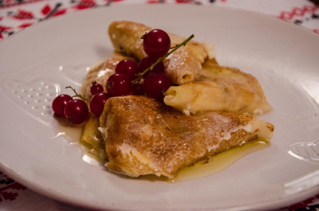 Clatite delicioase cu branza si sos la cuptor