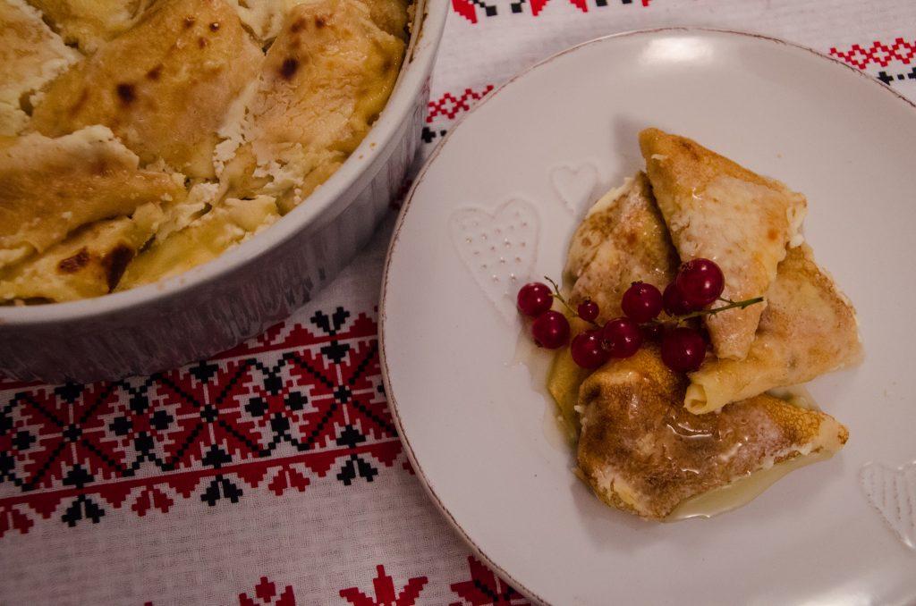Clatite la cuptor umplute cu branza, in sos de smantana si miere