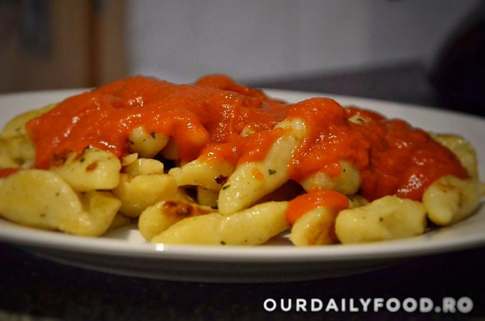 Gnocchi cu legume si sos de rosii