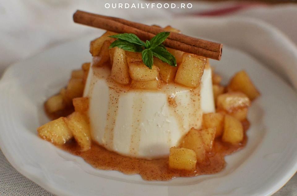 Panna cotta cu mere caramelizate si scortisoara