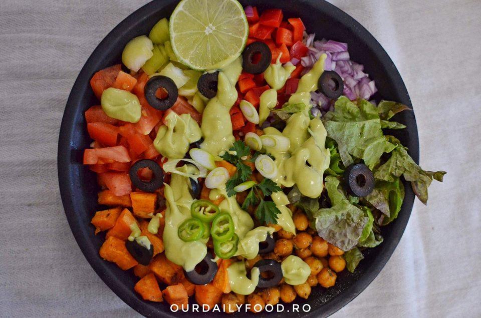 Salata cu bulgur, naut, cartof dulce si salsa de avocado