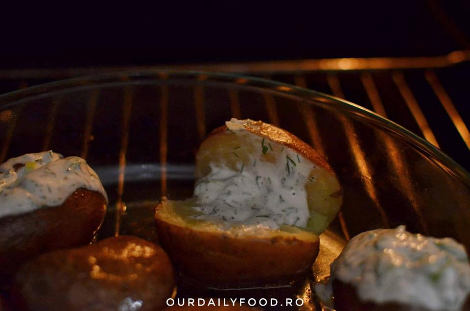 Cartofi intregi la cuptor cu sos de smantana si marar