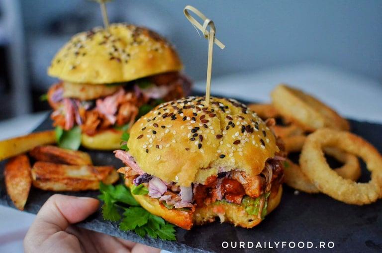 Burger vegan cu jackfruit