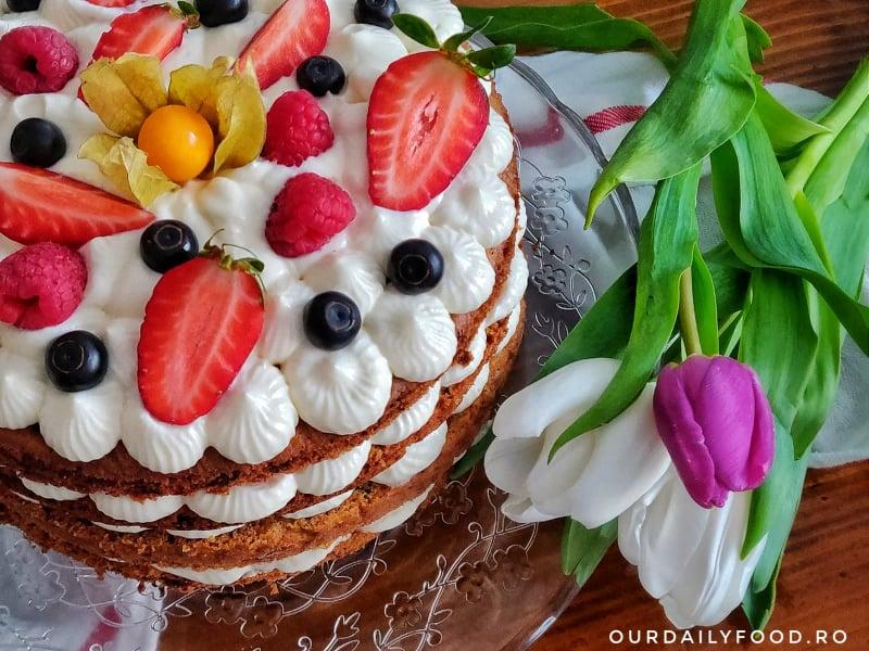 Tort de morcovi cu crema de mascarpone si fructe