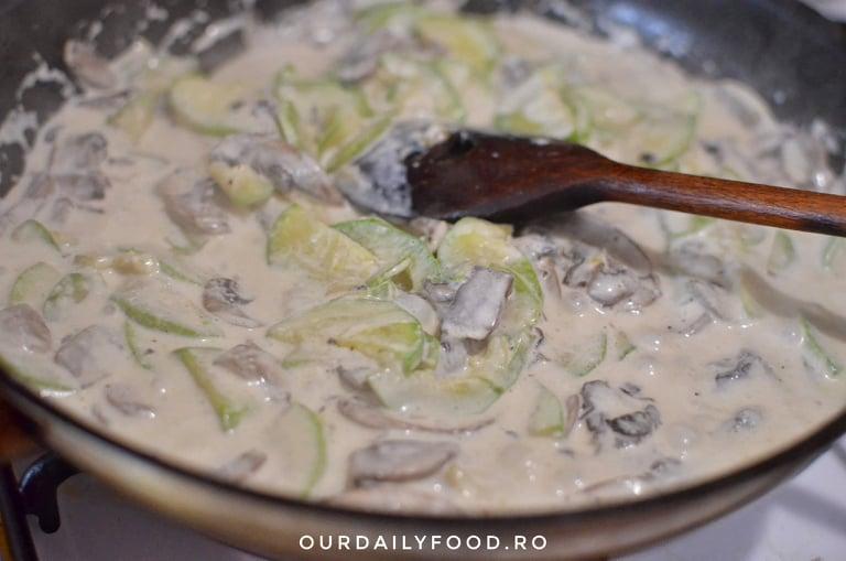 Paste integrale cu sos de smantana, ciuperci si dovlecei