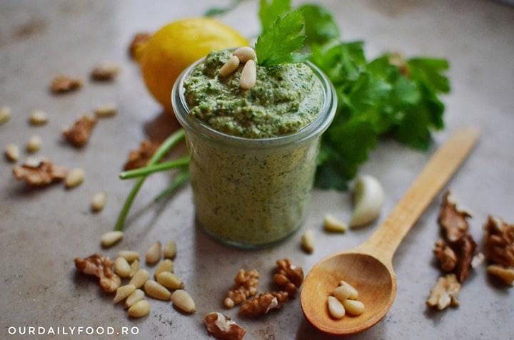 Pesto vegan de patrunjel - baby-friendly