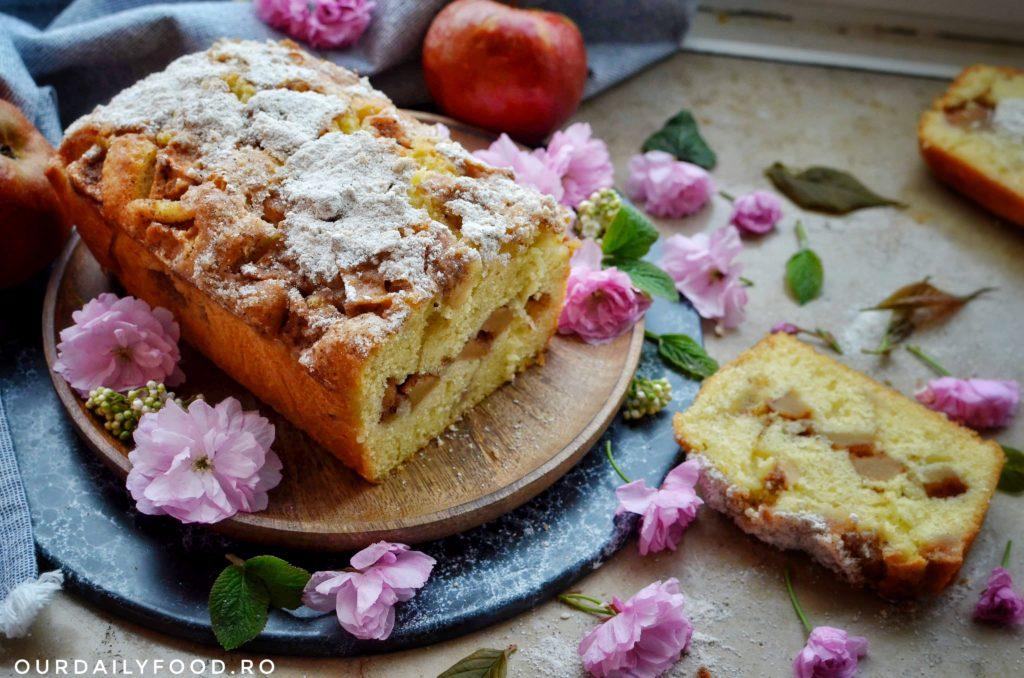 Chec aromat cu mere - apple bread