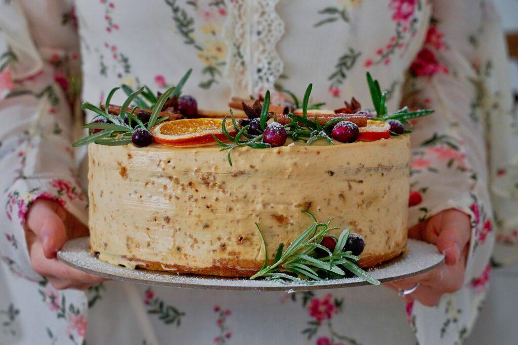 Tort de morcovi cu merisoare si nuci caramelizate